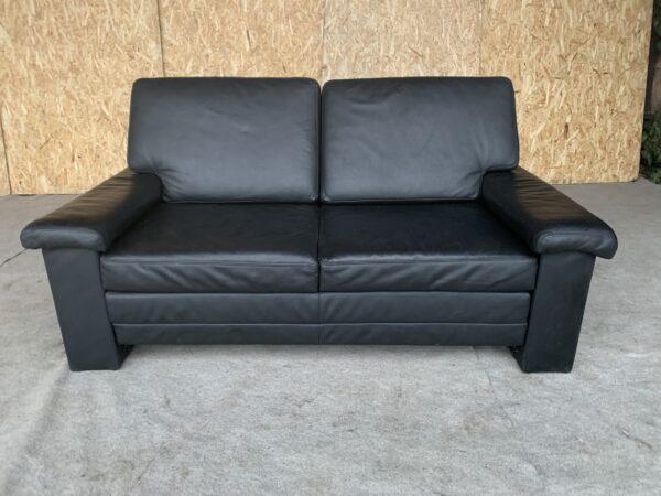 Кожаный раскладной диван.