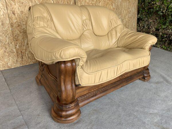 Кожаный диван.